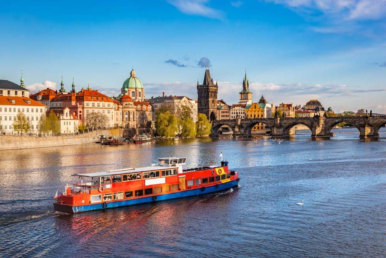 Prag vom Wasser aus